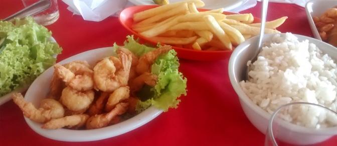 Camarões à milanesa, fritas, salada e porção de arroz. Fotos do restaurante Terra Santa em Canasvieiras.