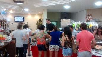 A fila do buffet do café colonial Torten Paradies